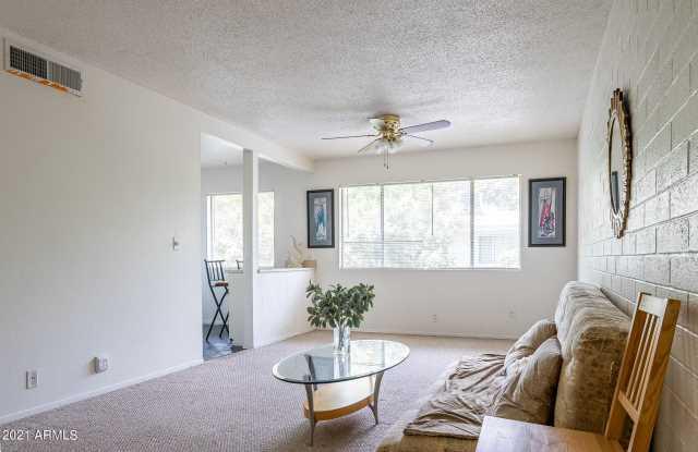 Photo of 2555 W ROSE Lane #A208, Phoenix, AZ 85017